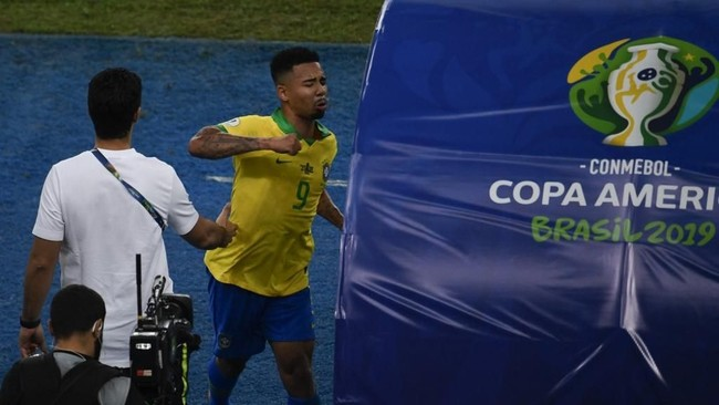Tidak saja menendang botol berisi air minum, Gabriel Jesus juga mengamuk dengan memukul bench milik ofisial pertandingan. (Photo by MAURO PIMENTEL / AFP)