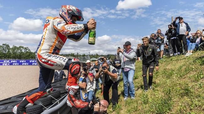 Marc Marquez merayakan kemenangan di akhir balapan MotoGP Jerman.(Robert Michael/dpa via AP)