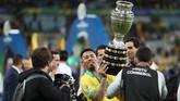Raut kesedihan dan kekecewaan Jesus mendadak berubah saat laga usai. Jesus pun menikmati kemenangan Brasil di final dengan mengangkat trofi Copa America.(REUTERS/Ricardo Moraes)