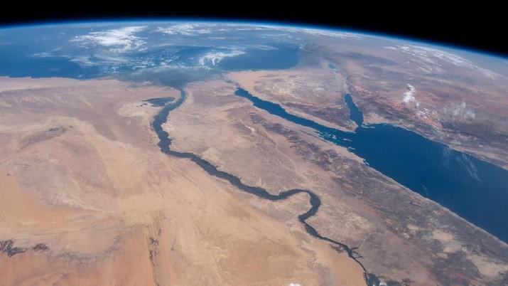 Sungai Nil, Laut Merah dan Laut Mediterania (10/6/2019) (Johnson/Nasa)   Sungai Nil, Laut Merah dan Laut Mediterania dipisahkan oleh berbagai negara bergurun sepreti Mesir, Arab Saudi, Israel dan Yordania seperti terlihat dari Stasiun Luar Angkasa Internasional yang mengorbit 254 mil di atas Afrika.