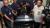 Sekitar pukul 00.30 WIB, jenazah Sutopo dibawa dari rumah duka di kawasan Cimanggis, Depok ke bandara Soekarno Hatta untuk diterbangkan ke Solo guna dimakamkan di daerah asalnya, Boyolali. (ANTARA FOTO/Muhammad Iqbal)