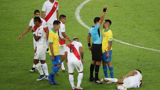 Insiden Gabriel Jesus dikartu merah wasit Roberto Tobar bermula dari pelanggaran terhadap Yoshimar Yotun di babak pertama yang berbuah kartu kuning. (REUTERS/Sergio Moraes)