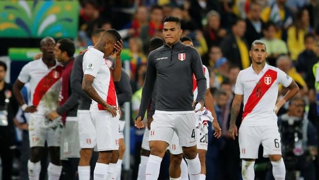 Para pemain timnas Peru tampak lesu setelah menelan kekalahan 1-3 dari timnas Brasil pada final Copa America 2019 di Stadion Maracana, Rio de Janeiro, Senin (8/7) WIB. (REUTERS/Luisa Gonzalez)