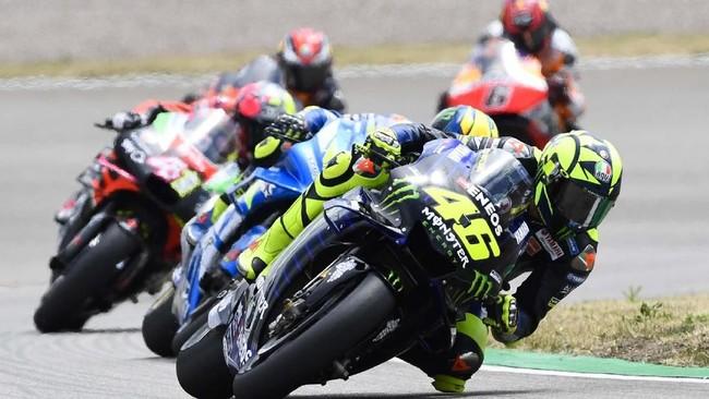 Valentino Rossi kesulitan di MotoGP Jerman. Ia tak bisa tampil dan bersaing di rombongan depan.(AP Photo/Jens Meyer)