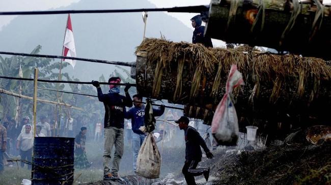 Kuluwung berdentum saat dibunyikan, layaknya suasana perang di zaman kolonial Belanda. (ANTARA FOTO/Yulius Satria Wijaya)