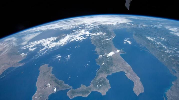 Begini pemandangan bumi yang diambil dari stasiun Luar Angkasa Internasional milik Nasa sedang mengorbit 250 mil