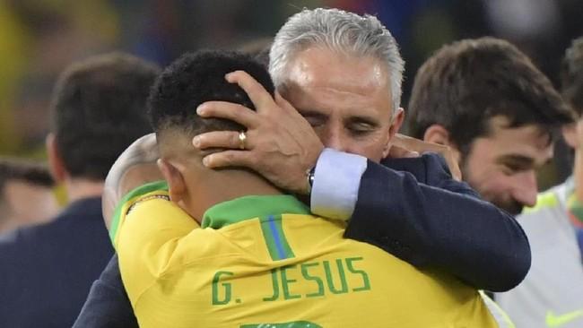 Gabriel Jesus menangis dipelukan pelatih Brasil Tite setelah mengetahui Tim Samba menjadi juara Copa America 2019 dengan mengalahkan Peru 3-1. (Photo by Luis Acosta / AFP)