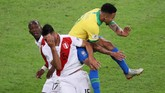 Di babak kedua tepatnya di menit ke-70 Gabriel Jesus kembali melakukan pelanggaran keras, kali ini terhadap Carlos Zambrano saat keduanya berduel di udara. (REUTERS/Sergio Moraes)