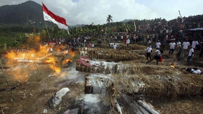 Teriknya matahari tak membuat semangat warga berkurang untuk menghadiri festival adu kuluwung (meriam karbit) ini. (ANTARA FOTO/Yulius Satria Wijaya.)