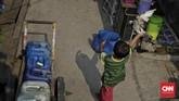 Sejak dahulu belum ada jaringan air bersih yang terpasang, sehingga warga setempat bergantung dengan air hujan. (CNN Indonesia/Adhi Wicaksono)