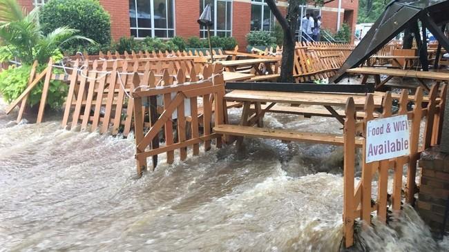 Peringatan banjir bandang dikeluarkan oleh Badan Cuaca Nasional AS pada pukul 01.45 waktu wilayah setempat. (Amy Gardner/The Washington Post via AP)