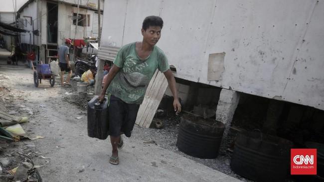 Padahal warga setempat menggantungkan air hujan untuk memenuhi kebutuhan mandi dan cuci pakaian serta perkakas dapur mereka. (CNN Indonesia/Adhi Wicaksono)