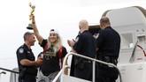 Julie Ertz mengangkat trofi Piala Dunia Wanita 2019 setelah ia keluar dari pesawat.(AP Photo/Kathy Willens)