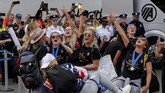Kegembiraan menyelimuti para pemain Amerika Serikat yang sukses mempertahankan gelar Piala Dunia Wanita. (REUTERS/Eduardo Munoz)