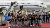 Timnas Amerika Serikat berpose begitu mendarat di Newark International Airport, New Jersey. (REUTERS/Eduardo Munoz)
