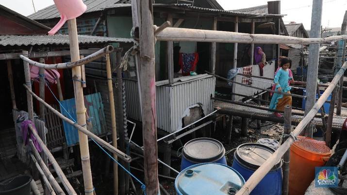 Miris! Asa Warga Mengais Air Hujan untuk MCK dari Atap Rumah