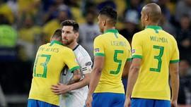 Alves Anggap Messi Tak Hormati Timnas Brasil