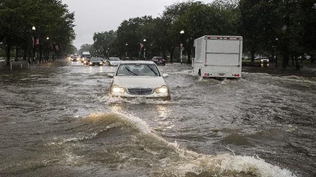 Sejumlah wilayah terdampak banjir bandang, termasuk kantor dan Istana Kepresidenan Amerika Serikat, Gedung Putih. (AP Photo/Alex Brandon)