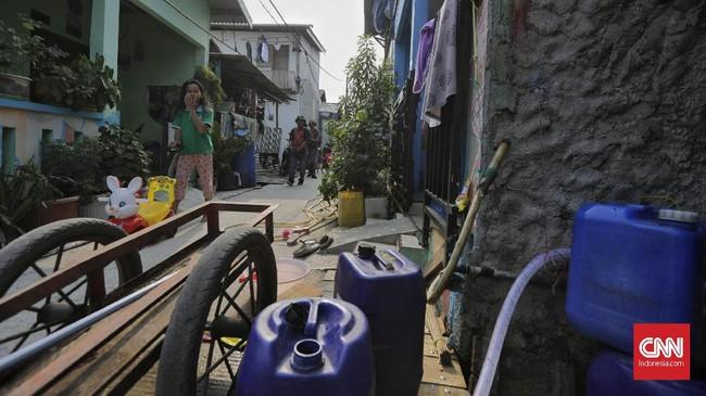Pemasangan penampung air hujan sudah menjadi kebiasaan turun temurun sejak kampung nelayan ini berdiri. Bahkan dahulu warga setempat juga memanfaatkan air hujan sebagai sumber air minum dan memasak. (CNN Indonesia/Adhi Wicaksono)