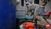 Pengeluaran untuk air bersih pada musim penghujan bisa ditekan warga dengan menampung air hujan melalui jerigen. (CNN Indonesia/Adhi Wicaksono)