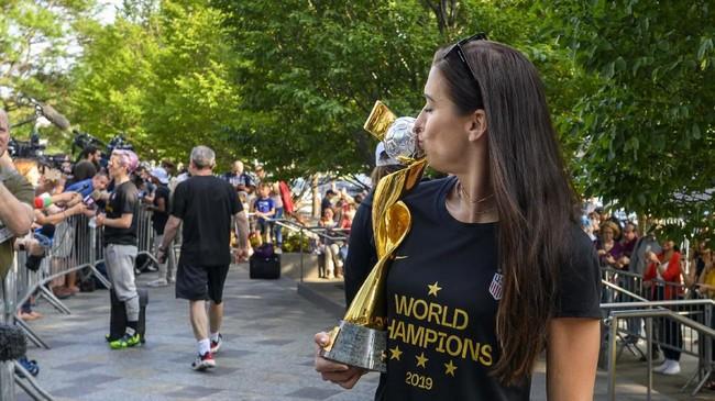 Alex Morgan mencium trofi Piala Dunia Wanita. Alex Morgan punya peran penting di balik keberhasilan Amerika Serikat menjadi juara Piala Dunia Wanita.(AP Photo/Corey Sipkin)