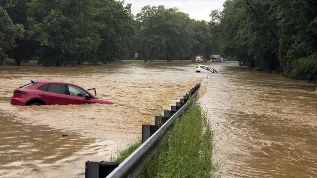 Badai yang juga terjadi bersamaan hujan deras telah mempengaruhi aktivitas Bandara Nasional Reagan. Berdasarkan laporan terjadi keterlambatan keberangkatan hingga lebih dari satu jam. (Montgomery County (MD) Fire and Rescue/via REUTERS)