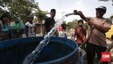 Bantuan pasokan air bersih dari lembaga swadaya masyarakat menghampiri Dusun Curug di Cibarusah. Keberadaan air bersih menjadi barang mahal di saat musim kemarau. (CNNIndonesia/Safir Makki)