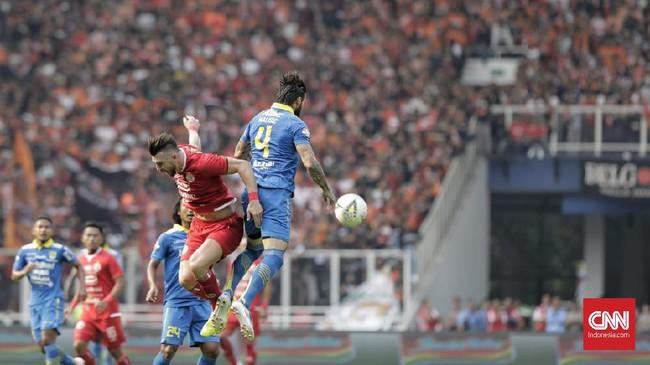 Bojan Malisic dan Marko Simic beradu bola atas. Serangan-serangan udara menjadi salah satu opsi Persija untuk menembus pertahanan Persib. (CNN Indonesia/Adhi Wicaksono)
