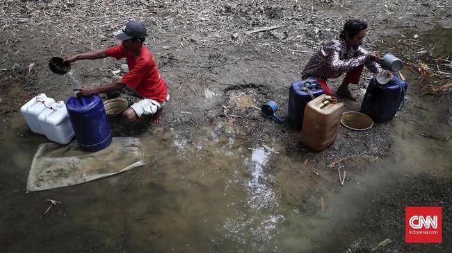 Warga mengambil air dari dasar sungai Cihoe, Cibarusah. Dalam satu hari mereka 4-5 kali mengambil air di sungai ini. (CNNIndonesia/Safir Makki)