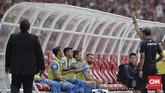 Pertandingan diwarnai kartu dari wasit Fariq Hitaba. Pada menit ke-37 Indra Mustafa yang berada di bangku cadangan mendapat kartu kuning karena melakukan protes keras. (CNN Indonesia/Adhi Wicaksono)