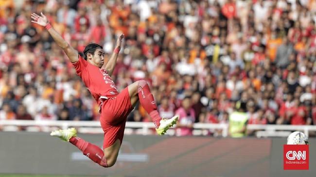 Ryuji Utomo berupaya untuk mencocor bola. Bek tengah Persija Jakarta itu tampil agresif selama 90 menit. (CNN Indonesia/Adhi Wicaksono)