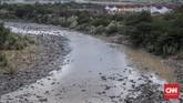 Kondisi Kali Cipamingkis, Cibarusah usai tiga bulan kondisi kemarau.Kondisi air kali terlihat keruh berwarna coklat pekat, tidak bisa digunakan. (CNNIndonesia/Safir Makki)