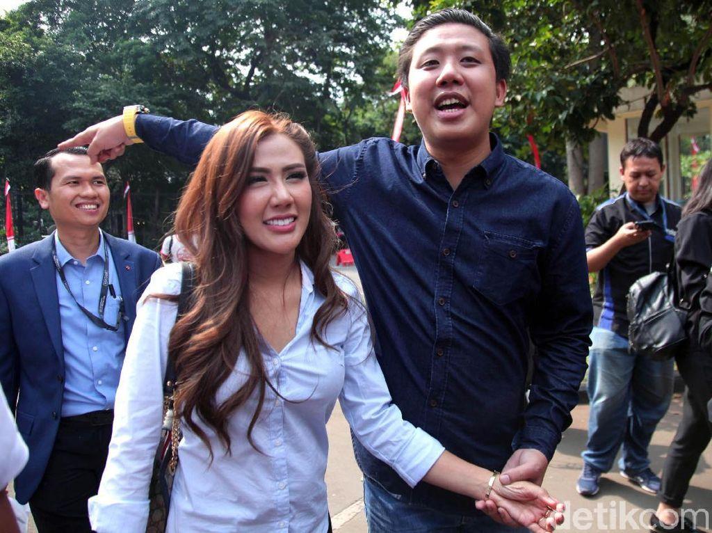 Sebelum ditetapkan sebagai tersangka dan ditahan, keduanya selalu tertawa dan yakin dirinya tak bersalah. Foto: Lamhot Aritonang