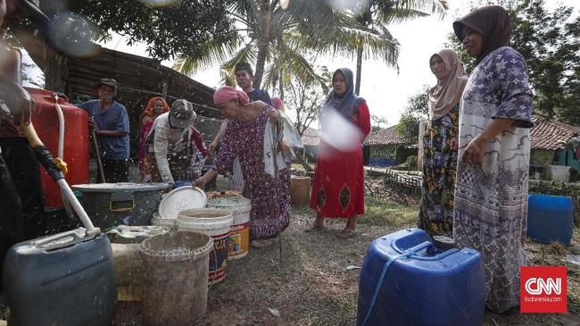 Warga nampak berbahagia mendapat pasokan air bersih setiap hari. Bantuan air bersih membantu mereka karena tidak perlu jauh berjalan kaki menuju Sungai Cihoe. (CNNIndonesia/Safir Makki)