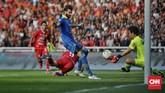 I Made Wirawan yang menjadi kiper pengganti Persib langsung diuji oleh para pemain Persija. (CNN Indonesia/Adhi Wicaksono)