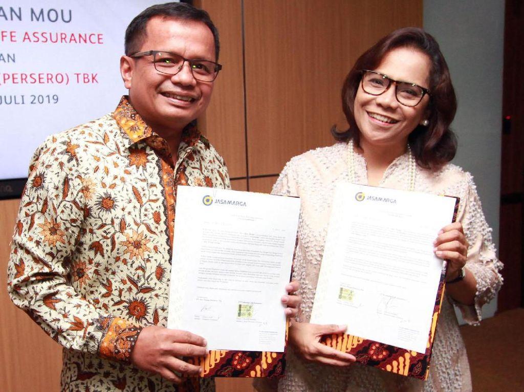 Chief Investment Officer Prudential Indonesia, Novi Imelda (kanan) berbincang dengan Direktur Keuangan PT Jasa Marga (Persero) Tbk, Donny Arsal (kiri) di sela acara pertukaran MoU Komitmen Investasi di Jakarta, Selasa (09/07).