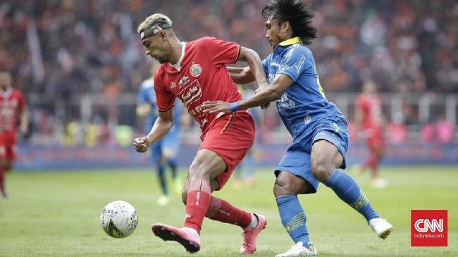 Hariono mengawal pergerakan Bruno Matos. Pada babak pertama Persija Jakarta lebih dominan dalam penguasaan bola. (CNN Indonesia/Adhi Wicaksono)