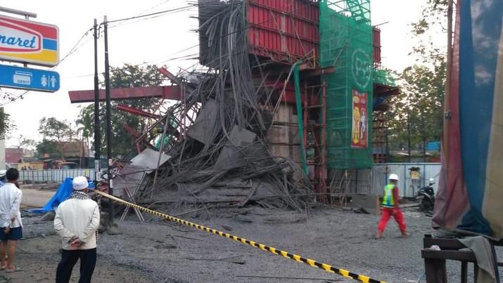 Ambruknya salah satu tiang pancang Jalan Tol BORR saat dilakukan pengecoran pada Rabu (10/7/2019) lalu bisa berbuntut panjang.