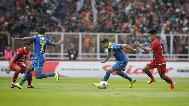 Persib memburu gol penyama kedudukan. Situasi tersebut didukung dengan kartu merah yang didapat Novri Setiawan pada menit ke-78. (CNN Indonesia/Adhi Wicaksono)
