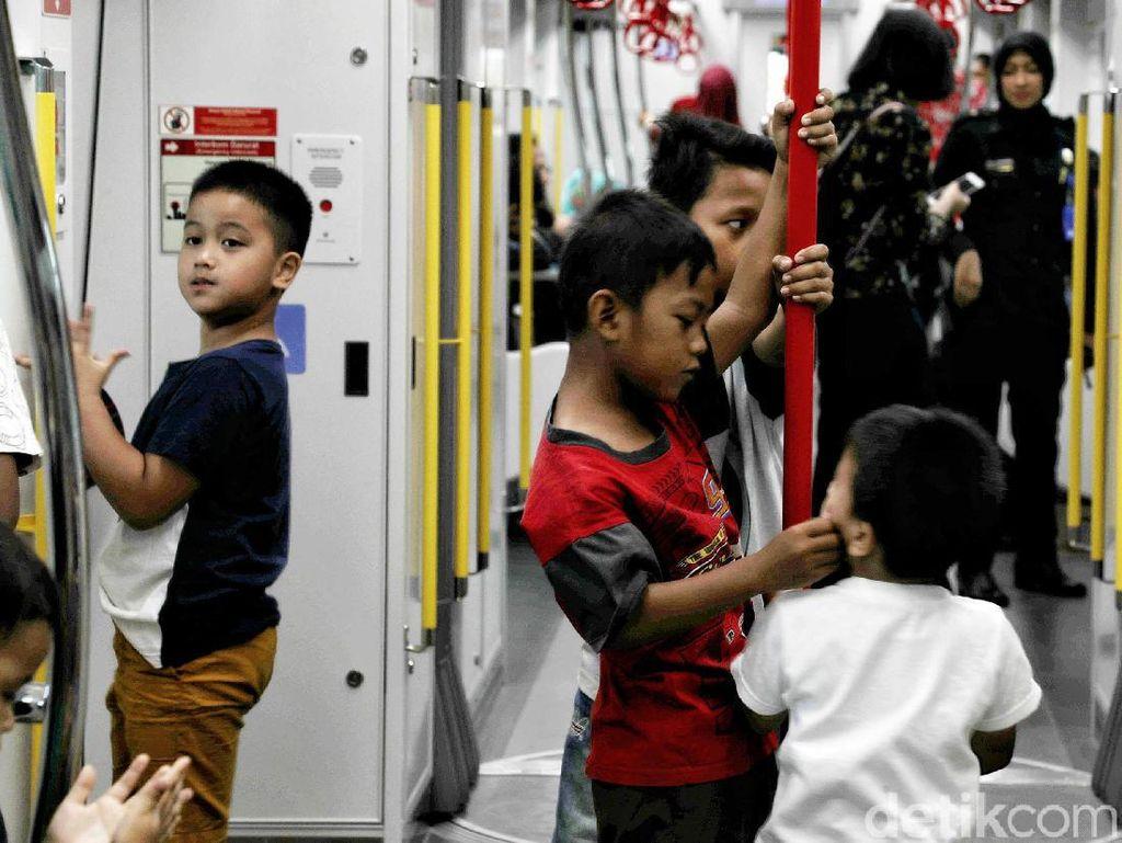 Setelah sebulan diuji coba, LRT Jakarta mencatat telah membawa penumpang sebanyak 211 ribu penumpang.