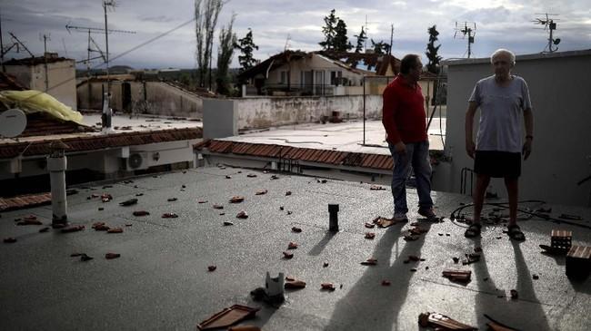 Pihak kepolisian pelabuhan juga melaporkan seorang nelayan berusia sekitar 60 tahun masih hilang akibat insiden tersebut (REUTERS/Alkis Konstantinidis)