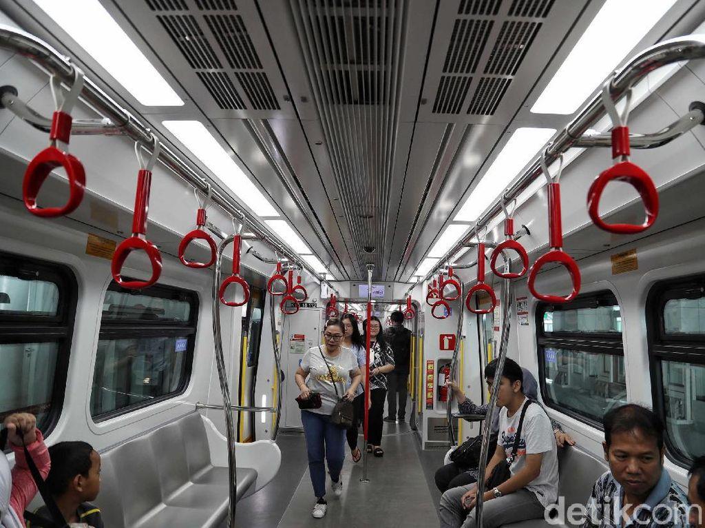 Dalam uji publik ini masyarakat bisa naik LRT secara gratis. Cukup datang ke stasiun LRT, daftar di loket, lalu mendapatkan tiket untuk masuk dan mencoba LRT.