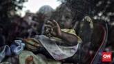Menurut pemerintah sebagian dari pengungsi sengaja membangun tenda dan berdiam di trotoar sebagai protes dan meluapkan frustrasi karena tak kunjung ditempatkan ke negara tujuan atau negara ketiga oleh UNHCR. (CNN Indonesia/Hesti Rika)
