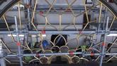Mesin jam buatan zaman Victoria telah dilepas untuk diservis dan untuk memastikannya tidak rusak selama restorasi. Motor listrik dipasang untuk menggerakkan jarum jam sepanjang 4,2 meter selama mesin dilepas. (UK Parliament/Mark Duffy/Handout via REUTERS)