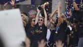 Megan Rapinoe mengangkat trofi Piala Dunia Wanita 2019. Rapinoe jadi simbol feminisme di dunia olahraga. (REUTERS/Carlo Allegri)