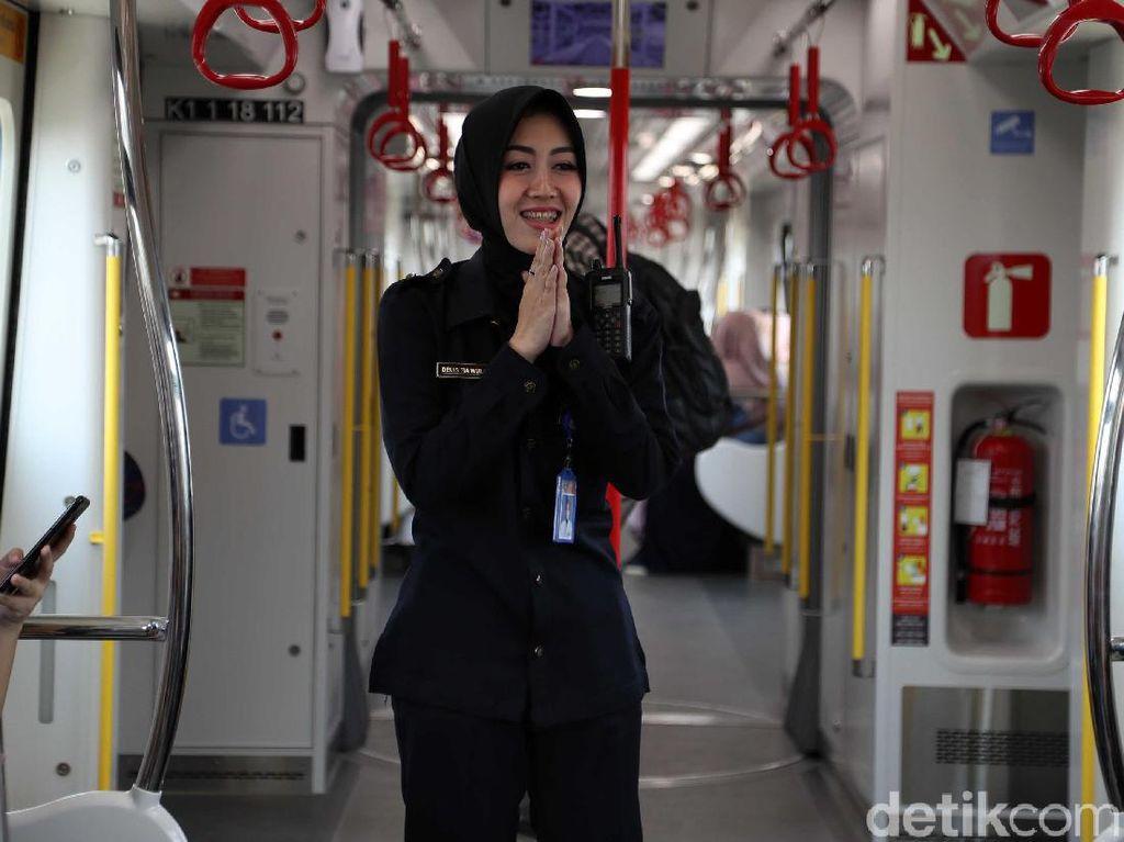 Petugas selalu ramah menyapa para penumpang LRT Jakarta.