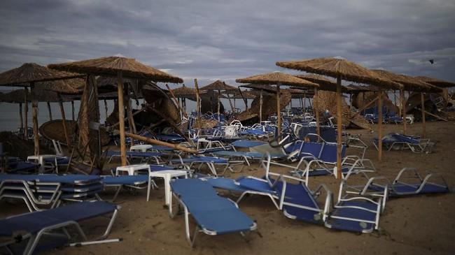 Seorang perempuan asal Rumania dan anaknya meninggal karena tertimpa reruntuhan bangunan yang diterjang badai di Yunani. (REUTERS/Alkis Konstantinidis)