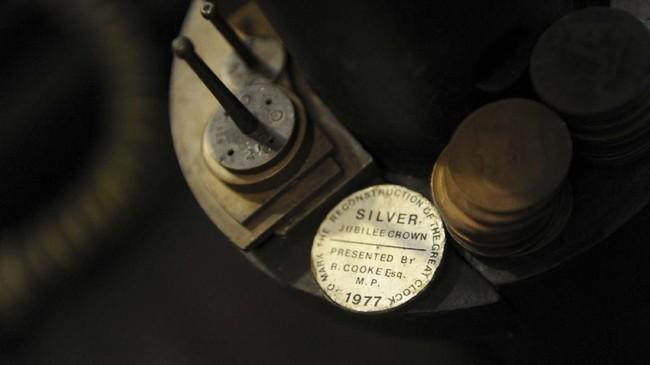 Koinkuno ditumpuk di pendulum untuk membantu menjaga jam Big Ben akurat. (UK Parliament/Jessica Taylor/Handout via REUTERS)