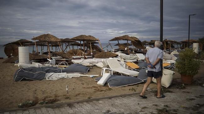 Pasutri asal Republik Ceko tewas ketika angin topan menerjang karavan mereka, sementara seorang pria Rusia dan putranya tewas akibat tertimpa pohon tumbang. (REUTERS/Alkis Konstantinidis)
