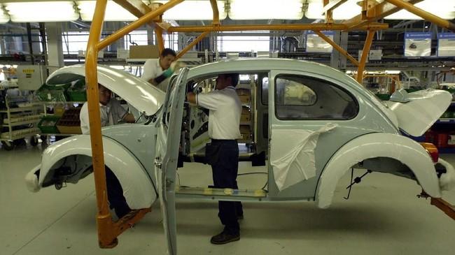 Karyawan pekerja di pabrik perakitan Volkswagen di pabrik Puebla, Meksiko. Pabrik ini berdiri 105 km dari Mexico City. (AP Photo/Jose Luis Magana)